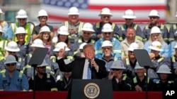 Президент Дональд Трамп выступает перед сотрудниками экспортного терминала по сжижению природного газа в Хакберри, штат Луизиана, 14 мая 2019 года