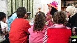 """Rana Dajani započela je svoj program """"Volimo čitati"""" čitanjem djeci u lokalnoj džamiji u Jordanu"""
