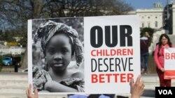 Une manifestation tenue dimanche 12 avril 2015 à Washington, Etats-Unis, pour réclamer la libération de 276 lycéennes enlevées un an plus tôt à Chibok au Nigéria.