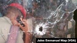 Des impacts des balles sur une fenêtre à la gendarmerie de Nsanakang, dans la localité de Mamfé, à 321 km de Yaoundé, Cameroun, 8 décembre 2017. (VOA/Jules Emmanuel Jules Ntap)