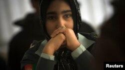 Một nữ cảnh sát Afghanistan dự lớp học về computer, do các binh sĩ Đức trong khối NATO giảng huấn