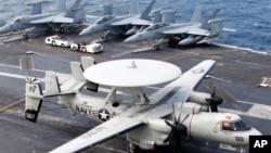 """一架E-2C""""鷹眼""""空中預警機2012年6月24日美韓兩國在首爾西南黃海水域舉行聯合軍事演習時候降落在美國航空母艦""""喬治.華盛頓""""號的甲板上"""