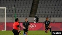 Igračice Novog Zelanda kleče pred utakmicu sa Australijom na letnjim Olimpijskim igrama u Tokiju, 21. jula 2021.