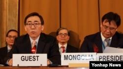 한국의 조태열 외교부 2차관(왼쪽)이 4일 유엔 제내바 군축회의에서 기조연설을 하고 있다.
