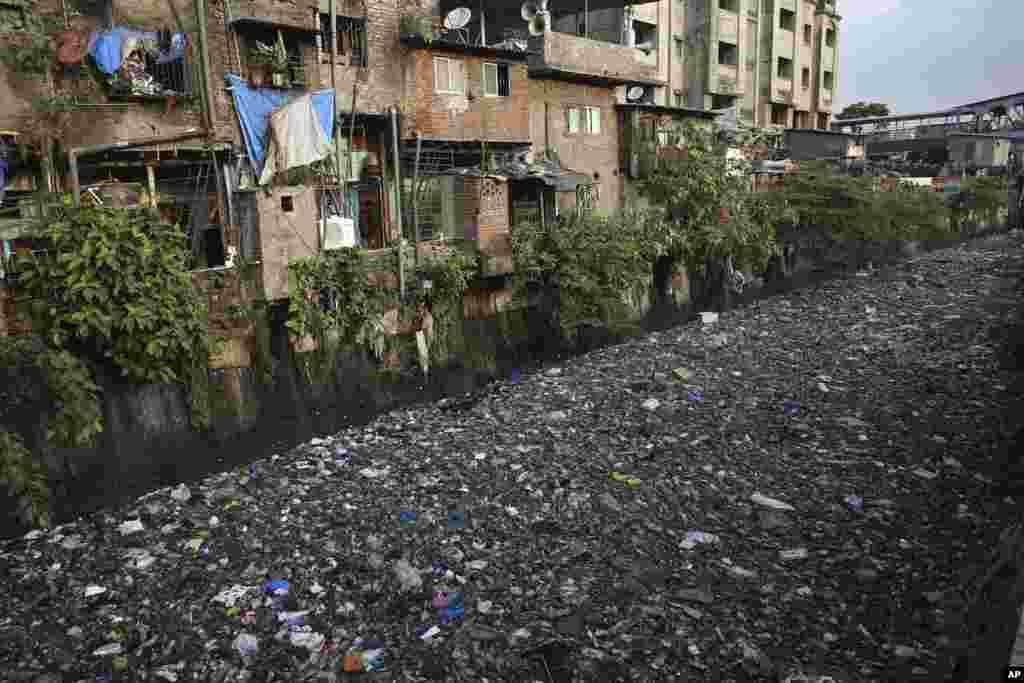 សំរាមអណ្តែតពេញប្រឡាយទឹកស្អុយមួយនៅក្នុងក្រុង Mumbai ប្រទេសឥណ្ឌា។ ប្រធានបទសម្រាប់ទិវាបរិស្ថានពិភពលោកនៅឆ្នាំនេះដែលគេប្រារព្ធនៅថ្ងៃទី៥ ខែមិថុនា គឺ «ប្រយុទ្ធប្រឆាំងនឹងការបំពុលដោយប្លាស្ទិក»។