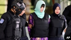 Đoàn Thị Hương (khăn xanh nhạt) ra tòa ở Malaysia hồi tháng 6/2018