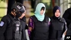 Cô Đoàn Thị Hương, giữa, bị cảnh sát áp giải khi rời tòa án sau phiên xử tại Tòa Tối cao Shah Allam ở Malaysia, ngày thứ Năm 28/6/2018. (AP Photo/Vincent Thian)