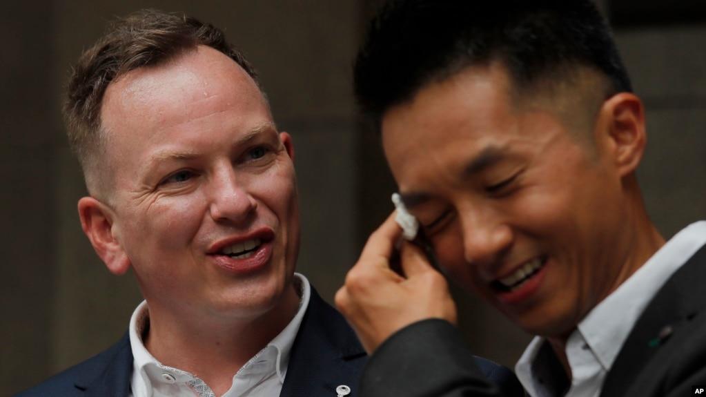 喜极而泣的香港移民官梁镇罡和他的英籍同性婚姻配偶史葛在香港终审法院外接受媒体采访。(2019年6月6日)