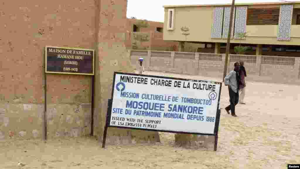 Ce panneau identifie un site de Tombouctou inscrit au patrimoine mondial.