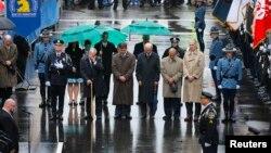 Wapres AS Joe Biden (tengah) saat upacara mengheningkan cipta bagi korban pemboman Boston (15/4).