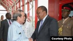 Rais Uhuru Kenyatta akikaribishwa na afisa wa wizara ya mambo ya nje ya Cuba alipowasili mjini Havana, Cuba, kuanza ziara rasmi.
