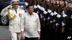 6일 필리핀 마닐라 항에 정박 중인 러시아 함정을 방문한 로드리고 두테르테 필리핀 대통령(왼쪽)이 에두아르트 미카일로프 러시아 해군 태평양함대 사령관와 함께 의장대 사열을 받고 있다.