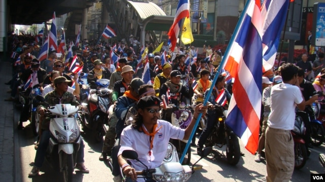 Protesters on Sukhumvit Road in Bangkok, Dec. 9, 2013. (Ron Corben for VOA)