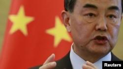 왕이 중국 외교부장이 17일 줄리 비숍 호주 외무장관과 회담 후 가진 공동 기자회견에서 발언하고 있다.