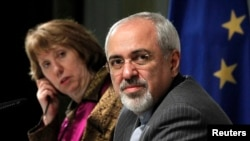 El ministro de Exteriores iraní, Mohamed Javad Zarif, junto a la jefa de politíca exterior de la Unión Europea, Chatherine Ashton, en Ginebra.