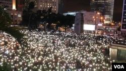 数万人参加由公务员发起的中环集会敦促政府回应民间五大诉求(美国之音海彦拍摄)
