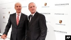 Pimpinan perusahaan Porsche AG, Matthias Mueller (kiri) dan pimpinan perusahaan Volkswagen AG, Martin Winterkorn dalam konferensi pers pengambil-alihan Porsche oleh Volkswagen AG (5/7).
