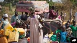 지난해 1월 남수단 난민들이 폭력 사태를 피해 우간다 국경 도시로 피난하고 있다. (자료사진)