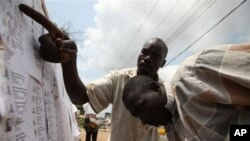 Wasu 'yan Nijeriya kenan ke duba sunayensu a rajistan masu zaben da aka lika.