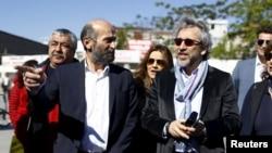 Can Dundar (R), editor-in-chief of Cumhuriyet, accompanied by his Ankara bureau chief Erdem Gul arrive at the Justice Palace in Istanbul, Turkey, April 22, 2016.