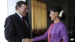 Lãnh tụ đối lập Miến Điện Aung San Suu Kyi gặp ông Jose Manual Barroso, Chủ tịch Ủy hội châu Âu, tại Naypyitaw, ngày 3/11/2012.
