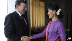 Burma's opposition leader Aung San Suu Kyi shakes hands with European Commission President Manuel Barroso during their meeting in Naypyitaw, November 3, 2012.