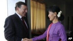 Birma muxolifati rahbari Aun San Su Chi Yevropa Komissiyasi prezidenti Joze Manuel Barrozo bilan uchrashmoqda, Neypido, 3-noyabr, 2012-yil.