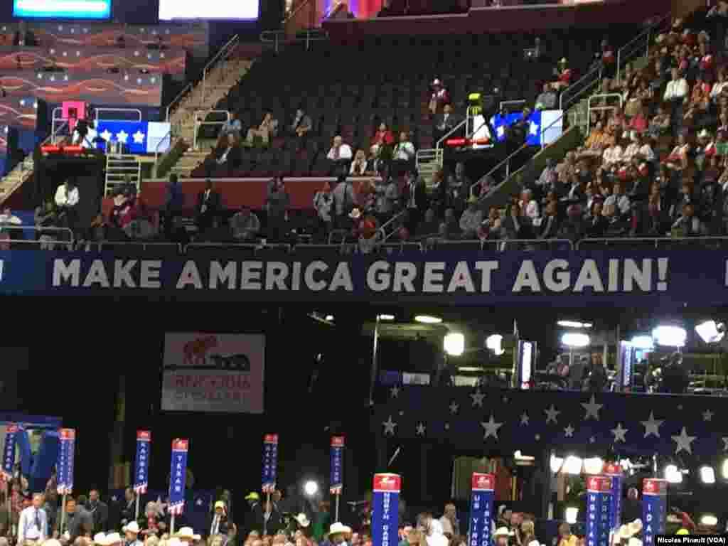 """""""Make America great again"""", le slogan du candidat républicain Donald Trump dans la Quicken Loans Arena, à Cleveland, Ohio, le 18 juillet 2016. (VOA/Nicolas Pinault)."""