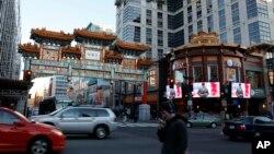 華府中國城不少移民行經該處。
