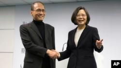 台湾总统当选人蔡英文和他选择的行政院长林全(左)在民进党总部(2016年3月15日)