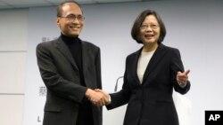 台灣總統當選人蔡英文和她選擇的行政院長林全(左)在民進黨總部(2016年3月15日)