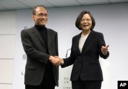 2016年3月15日,台湾总统当选人蔡英文和她选择的行政院长林全(左)在民进党总部