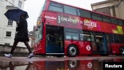 """Sebuah bus di kota London, Inggris (foto: dok). Perusahaan """"Bio-Bean"""" memanfaatkan ampas kopi sebagai bahan bakar bagi beberapa bus kota London."""