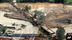 Pada foto dari divisi fotografer Kepresidenan Malacanang ini, terlihat warga mencoba untuk melewati Jembatan Caraycaray yang rusak akibat hantaman Badai Tropis Kai-Tak yang melanda provinsi pulau Biliran, Filipina tengah, Senin, 18 Desember 2017. (Foto: dok).