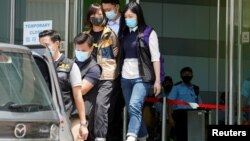 Cảnh sát Hong Kong áp giải một biên tập viên của Apple Daily hôm 17/6/2021.
