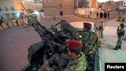 2015年2月6日胡塞軍人在也門薩那總統府外巡邏。