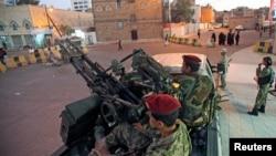 Cikin hoton nan 'yan tawayen Houthi cikin kayan soja, suke sintiri a fadar shugaban kasarYemel.
