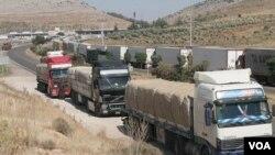 Antrian panjang truk dari Turki menunggu untuk melintasi kota perbatasan Cilvegozu untuk masuk ke Suriah.