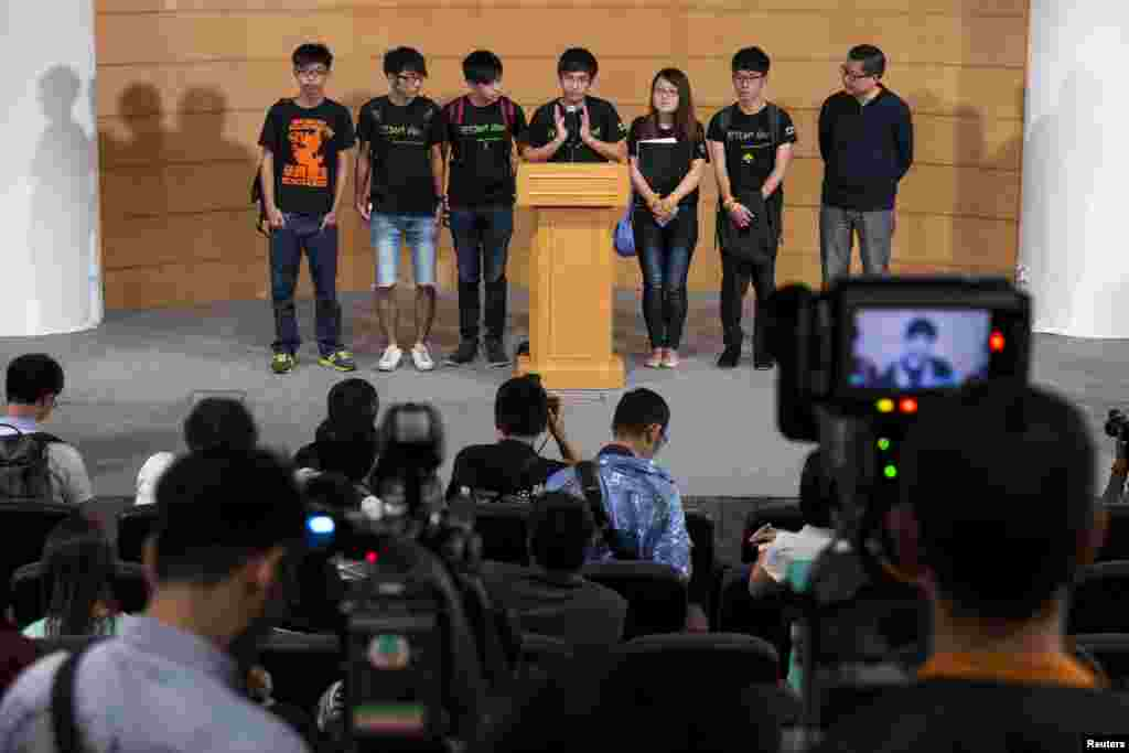 Scholarism convenor Joshua Wong (L-R), Hong Kong Federation of Students' Council member Nathan Law, Deputy Secr.-General Lester Shum, Secr.-General Alex Chow, Council member Yvonne Leung, General Secr. Eason Chung attend a news conference after meeting government officials, 21 Oct. 2014.
