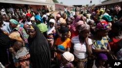 Dalam foto tertanggal 27/11/2014 ini warga Nigeria melarikan diri dan berkumpul di tempat penampungan di Yola di Nigeria setelah kediaman mereka diserang oleh militan Boko Haram.