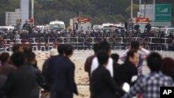 پـۆلیسی چین گازی فرمێسـک ڕێژ له دژی خۆپـیشـاندهران بهکاردههێنێت