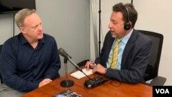 Mantan juru bicara Gedung Putih, Sean Spicer dalam wawancara dengan VOA di Arlington, Virginia, Senin (17/6).