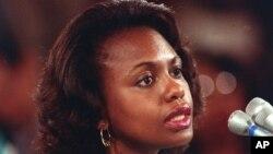 Profesorka prava na Univerzitetu Oklahome, Anita Hil, svedoči pred senatskim odborom za pravosuđe na procesu potvrde sudije Vrhovnog suda Klarensa Tomasa 11. oktobra 1991.