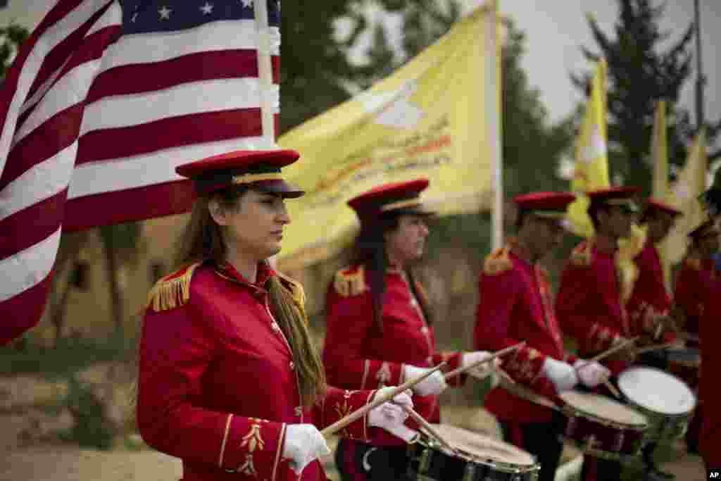 نوازندگان نظامی در جشن پیروزی نیروهای دموکراتیک سوریه، مورد حمایت آمریکا، بر داعش در منطقه باغوز