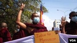 Nhà sư Myanmar tham gia biểu tình.