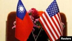 Bendera Taiwan dan AS di tempat pertemuan antara legislator AS dan Taiwan di Taipei, Taiwan 27 Maret 2018. (Foto: Reuters)