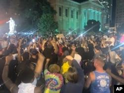 Протестующие в центре Луисвилля, штат Кентукки