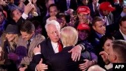 (Archivo) En esta imagen del 9 de noviembre de 2016, se ve a Robert Trump, abrazar a su hermano Donald Trump, durante el discurso de aceptación como presidente electo, en la ciudad de Nueva York. (Getty Images North America/AFP).