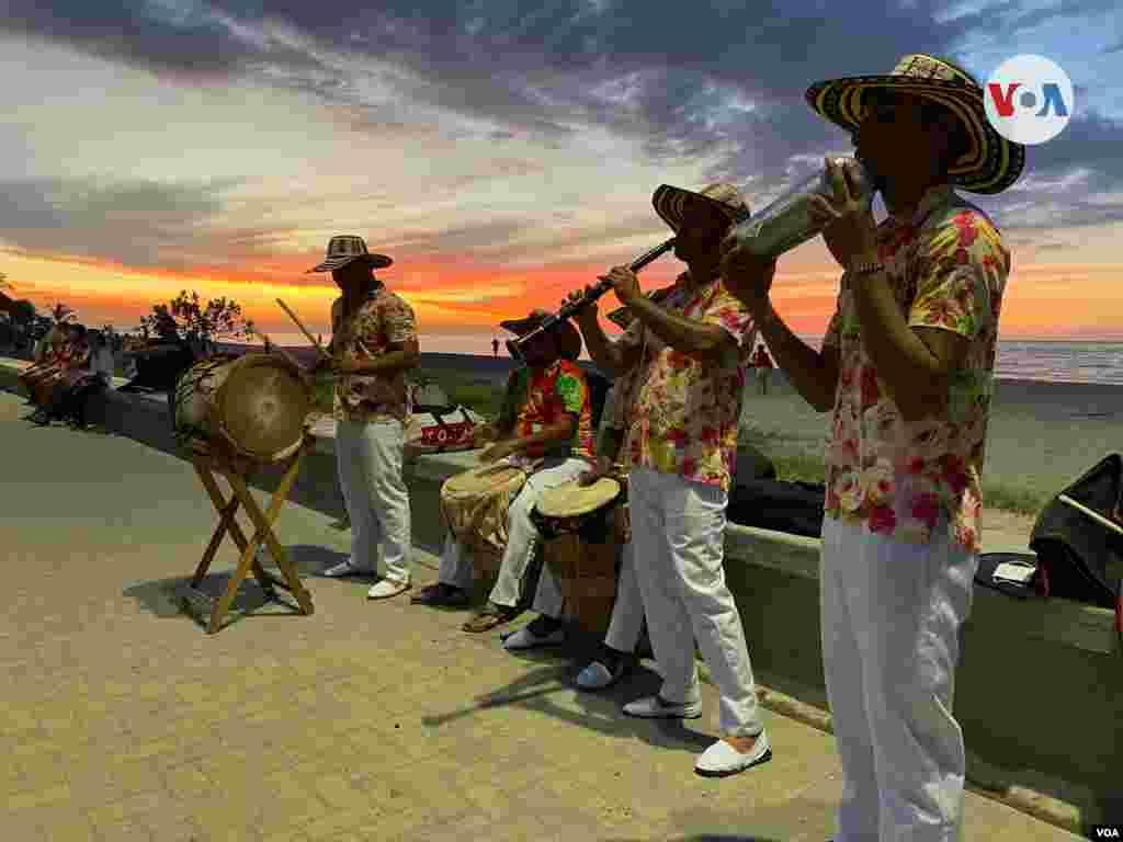Músicos tocan la cumbia, mientras cae la tarde, en el malecón del municipio caribeño de Ciénaga, Colombia.