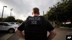 រូបឯកសារ៖ ភ្នាក់ងារ ICE កំពុងបំពេញភារកិច្ចនៅក្រុង Escondido រដ្ឋ California កាលពីថ្ងៃទី០៨ ខែកក្កដា ឆ្នាំ២០១៩។